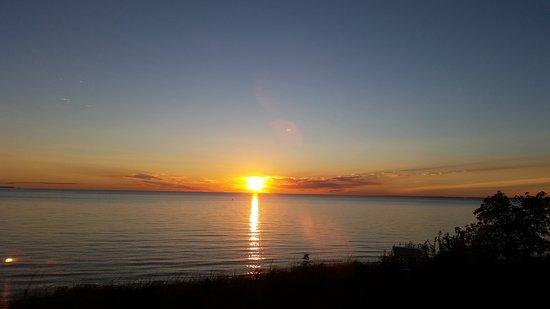 Solglimt Bed & Breakfast: Sunrise over Lake Superior