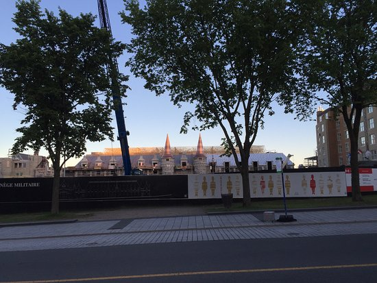 Hotel Chateau Laurier: Manège militaire Voltigeurs de Québec (presently being reconstructed). Hotel to the right.