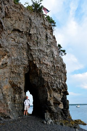 Inn at Bay Ledge: Key Hole rock on the beach.