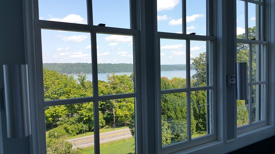Inn At Taughannock: View of Cayuga Lake from the dining room.