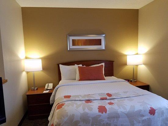 Jeffersonville, IN : One Queen Bed Suite