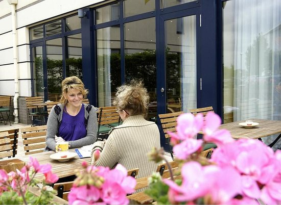 Holiday Inn Express Dortmund: Enjoy your breakfast on the delightful terrace during summer month
