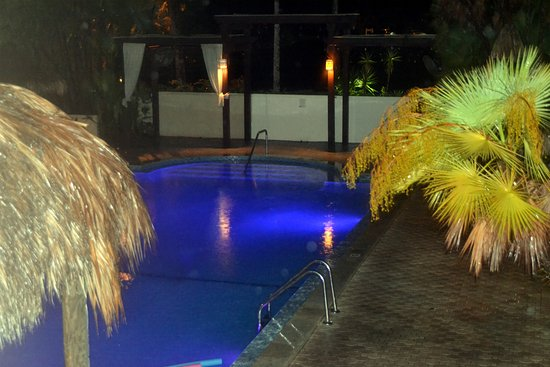 Tahitian Inn Hotel Cafe & Spa: Pool changes colors