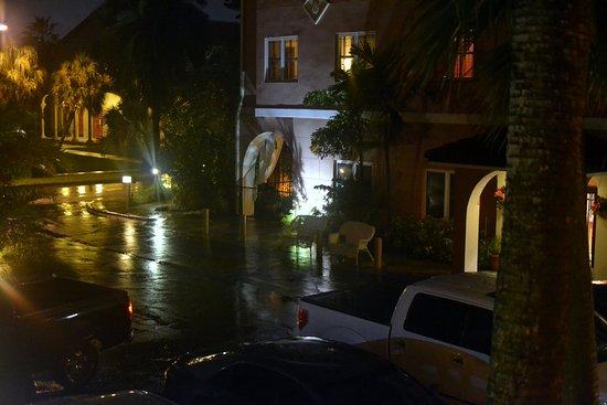 Tahitian Inn Hotel Cafe & Spa: Hotel grounds