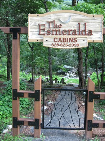 The Esmeralda Inn: Entrance to cabins on river.