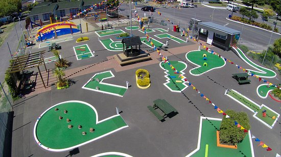 Tahuna Beach Kiwi Holiday Park and Motel: Mini Golf & Mega Bouncer