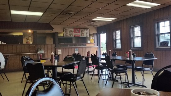 Bates City, MO: Counter. Smoke from the grill fills the place!