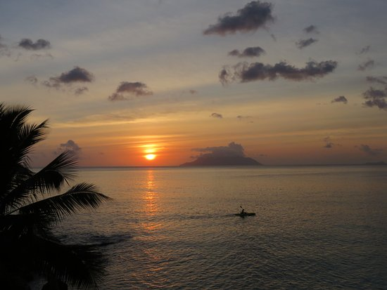 Hilton Seychelles Northolme Resort & Spa : from the Oceanview Bar at sundown, overlooking Silhouette Island