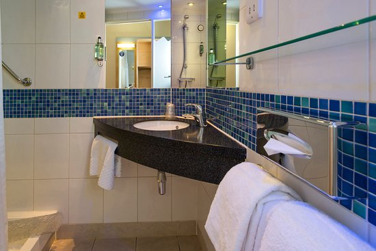 Holiday Inn Express Edinburgh - Royal Mile: Shower room with large bath towels and sea kelp toiletries