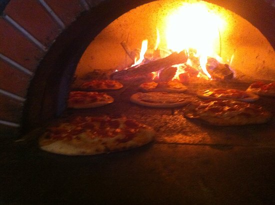 Bella Luna Pizzeria: Wood burning pizza oven