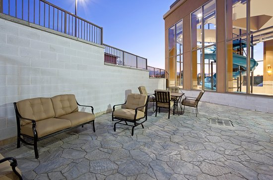 Holiday Inn Express Hotel & Suites Woodstock: Guest Patio