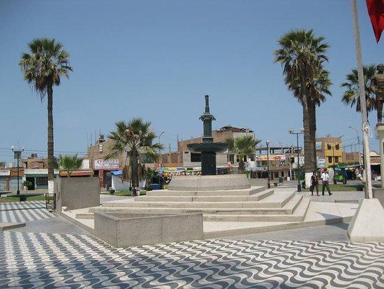 El Carmen District: plaza de grocio prado en chincha muy lindo limpio