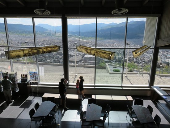 Crowsnest Pass, Canada: Frank slide interpretive center front lobby & outside balcony are free to visit