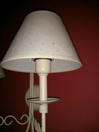 Hotel Leonor Miron: La lámpara llena de pelusas