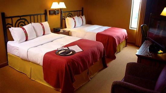 Pewaukee, Wisconsin: Queen Bed Guest Room