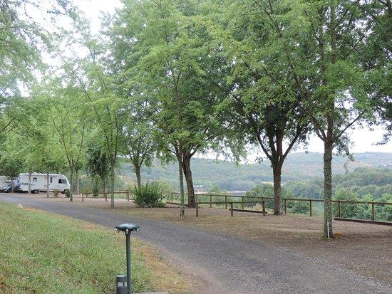 Lissac-sur-Couze, France: Les emplacements camping cars avec vue sur le lac