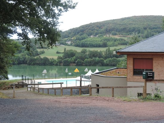 Lissac-sur-Couze, France: Réception, restaurant, piscine, le tout, au bord du lac.