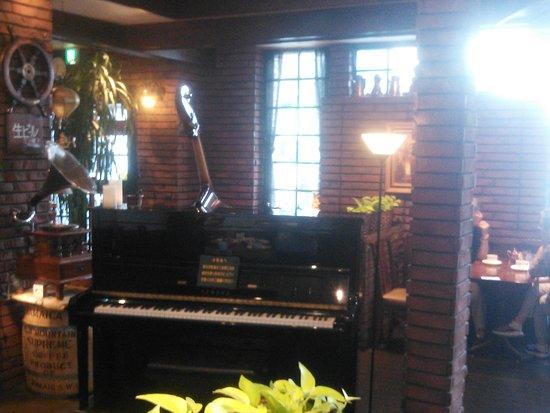 店内に置かれたピアノとコントラバス。