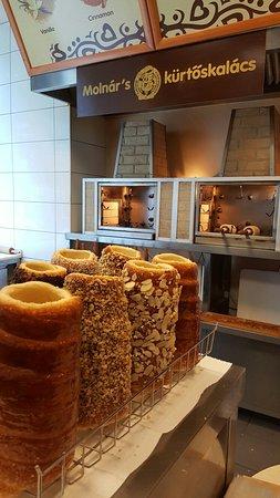 Molnar's Kurtoskalacs: 新鲜出炉 喜欢almond滴