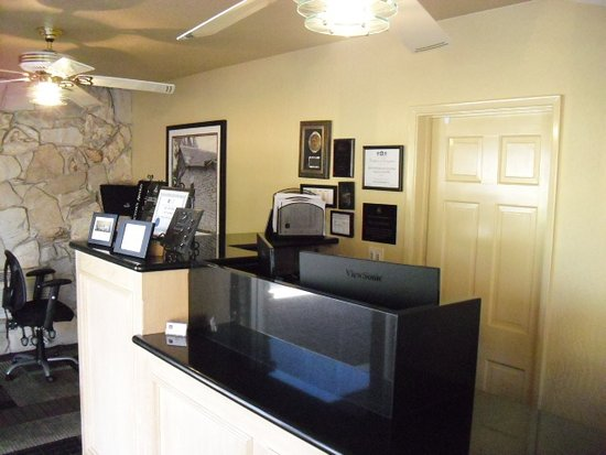 Chino, Kaliforniya: Another view of their very neat but small front desk.