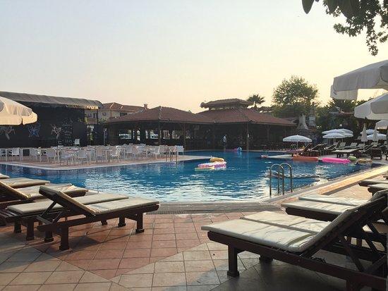 ليبرتي هوتلز أولودينيز: The middle of the pool area, bar in far background