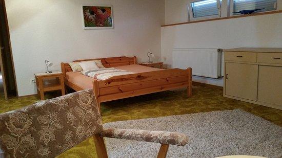 Doppelzimmer mit Badezimmer. Fernseher, Handtücher und Föhn sind ...