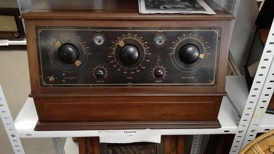 Rottenburg an der Laaber, Jerman: An old Ozarka radio (USA).