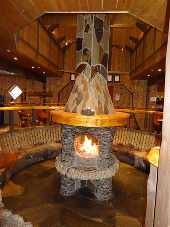 Flamsbrygga Hotell: The fire in the micro brewery bar and restaurant.