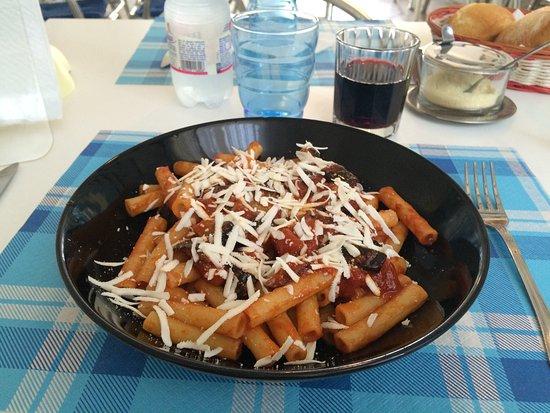 Trezzano Rosa, Italy: Hamburger con verdure grigliate e pasta alla norma credo. Strabuono!