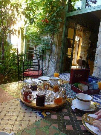 Excideuil, فرنسا: les apprêts du petit déjeuner