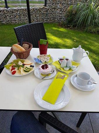 Kleinmachnow, Deutschland: Reichhaltiges und vielfältiges Frühstück auf der Außenterasse