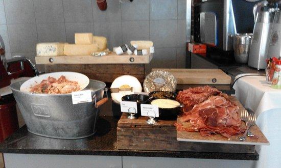 Scandic Nidelven: Desayuno: quesos, embutidos...