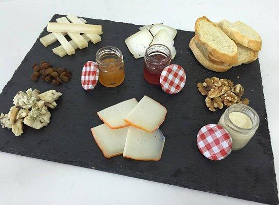 Sant Feliu de Pallerols, Spanien: Tabla de quesos artesanos marinada con confituras caseras
