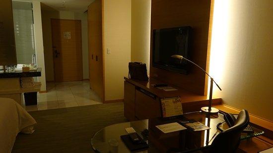 Sheraton Grand Hotel Hiroshima : ワークデスクから入口を望む