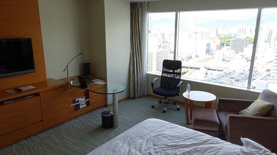 Sheraton Grand Hotel Hiroshima : 西向きの部屋から日中の広島駅を望む