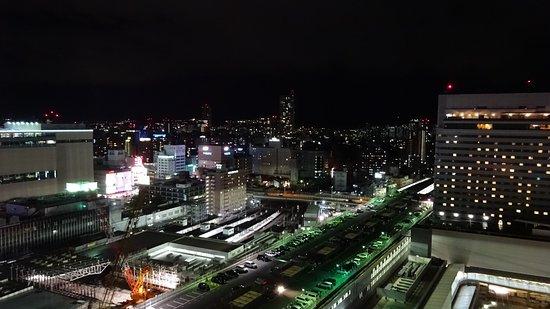 Sheraton Grand Hotel Hiroshima : 西向きの部屋からの夜景(工事中の広島駅、右はホテルグランビア)