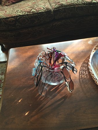Scargo Manor Bed and Breakfast: It's the little touches that make stay fun. Eye glasses in a bowl.