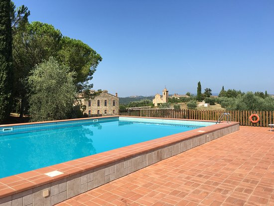 Monte Antico, Италия: Pool, Apartments and Church beyond