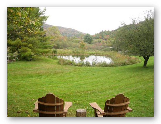 Featherbed Inn : chairs over looking pond and mountains