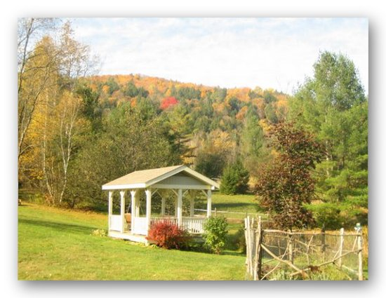 Featherbed Inn: Gazebo with mountain colors