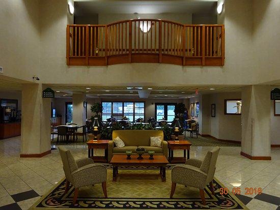 Vineland, NJ: Lobby e área do café ao fundo