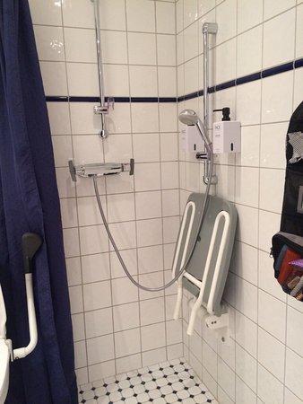 Scandic Klara: salle de bains pour handicapés