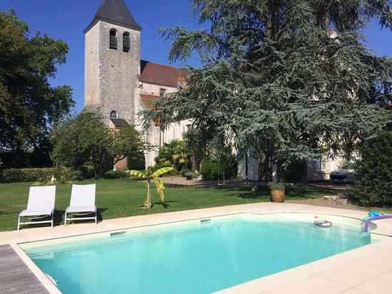 Le Prieuré Saint Agnan : La maison cachée derrière l'arbre