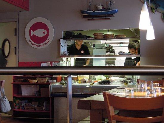 LA TANTINA DE LA PLAYA : Vue de la cuisine avec bac des poissons