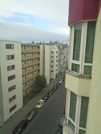 Mercure Hotel Berlin Zentrum: View of Fuggerstrasse from hotel window.