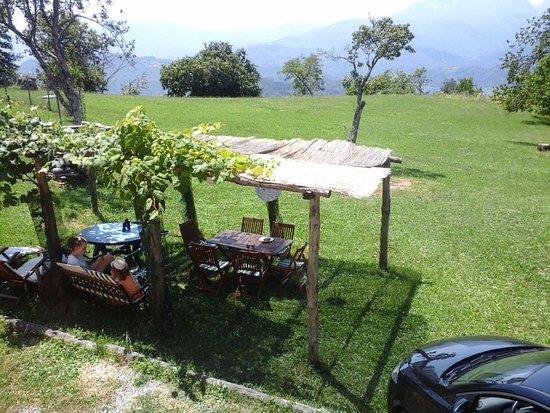 Castiglione di Garfagnana, Italia: tuinzicht met schaduwrijk tuinterras