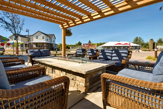Ocean Shores, Вашингтон: Oyhut Bay's gas firepit and pergola, perfect for cozy evenings at the beach