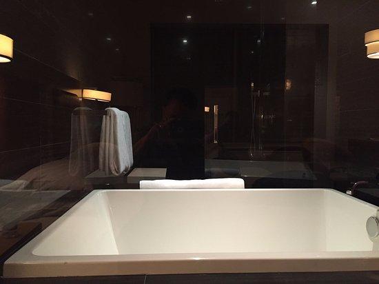 Andaz Wall Street: Soaking tub and rain shower