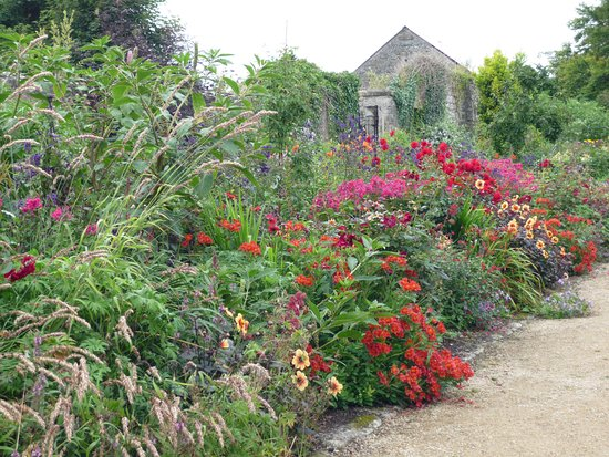 Tullow, Irlanda: Part of the walled garden.