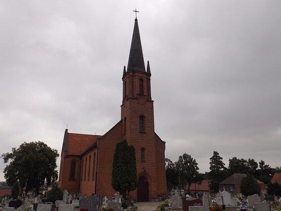 Zdjęcie przedstawia mały kościół parafialny Matki Boskiej Pocieszenia w Drzycimiu